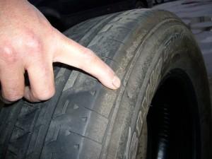 路面に接地する所のパンクは直せることが多いいですが、側面のパンク(穴、擦り傷)は修理不能です。